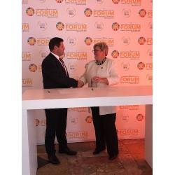SEforALL CEO'su Rachel Kyte ve Danfoss Soğutma Bölümü Başkanı Jürgen Fischer, Lizbon-Portekiz'de SEforALL Forumunda düzenlenen bir törenle ortaklık anlaşmasını imzalarken.