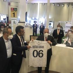 Ankaragücü forması Sanayi ve Teknoloji Bakanı Mustafa VARANK'a Mehmet ŞANAL tarafından hediye edildi